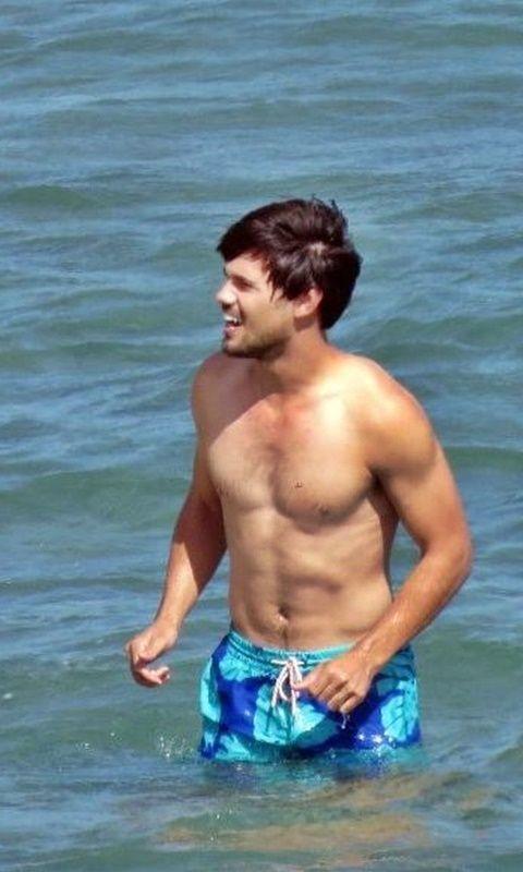• Taylor Lautner shirtless