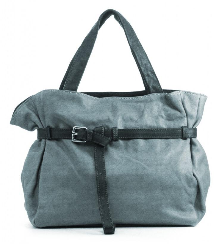 And 15, lederen damestas met hengsels en een riem met gesp, de tas is afsluitbaar met een rits. Mogelijk in 35 verschillende kleuren leer.