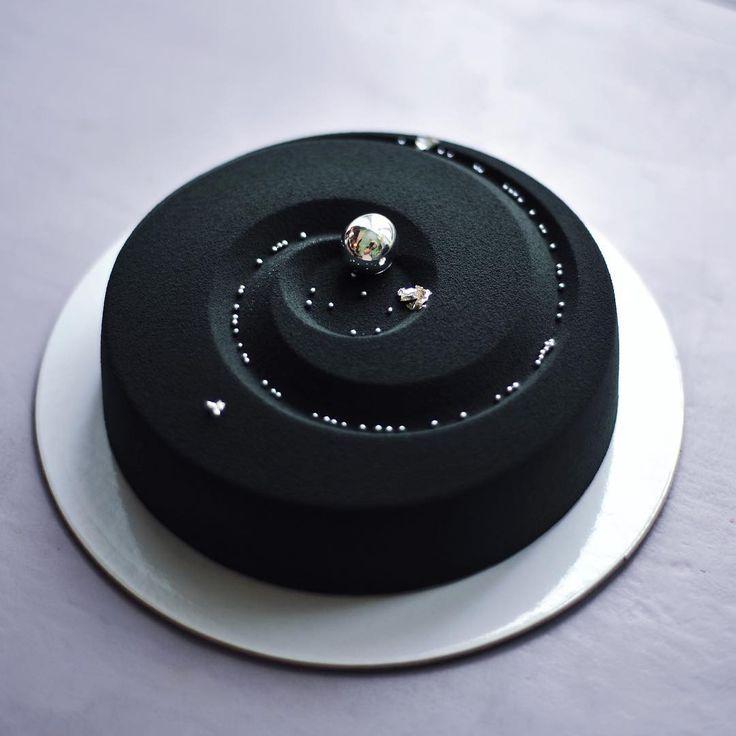 «Чёрный #космоторт был на 23 февраля. Почти млечный путь. #торт #goonnie_cake #heavensweets #chocolatejewels #foodgasm #foodporn #тортназаказ #москва…»