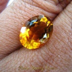 Batu permata Natural Yellow Orangy Citrine bentuk oval cut 12.22mm x 9.24mm x tebal 6.34mm, berat 4.05 carat, kejernihan setara VSI, warna cukup kental dengan cahaya menyala berkelip tajam atraktif.