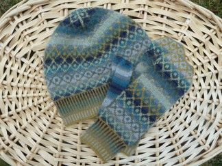 Mössa & tumvantar med rutemönster blågrå - Stickpaket | AngoraGarnet Rörmyr HB