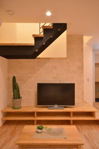 階段とテレビ台が繋がるユニークな家 施工例 建成ホーム   登別、室蘭、苫小牧、札幌の注文住宅、郷の家、無添加住宅