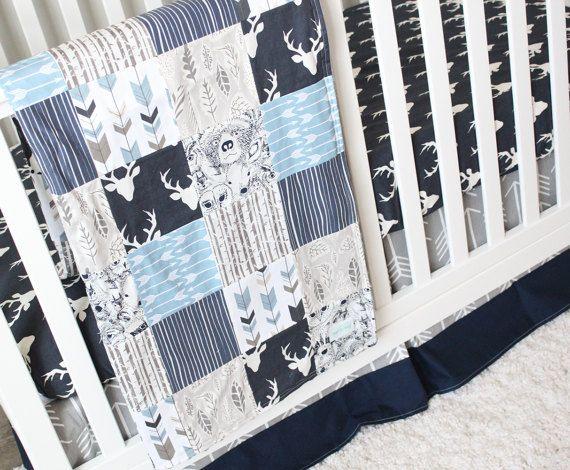 Literie - lit garçon marine flèche et des terres boisées literie lit  Comprend: 3 pces- Jupe de lit Feuille de crèche Couverture patchwork  ****  Jupe - 14 goutte, pli centre - dessus de lit: flèche grise, bas: bleu solide  Feuille de lit - tête de buck marine  Couverture patchwork - 34 po x 44 po., soutenu avec gris minky - bouleaux, marine woodgrain, animaux bois bleu marine, bleu/taupe flèche fletching, marine buck feuille tête, gris, bleu ardoise flèche  ****  Lavage à leau froide ...