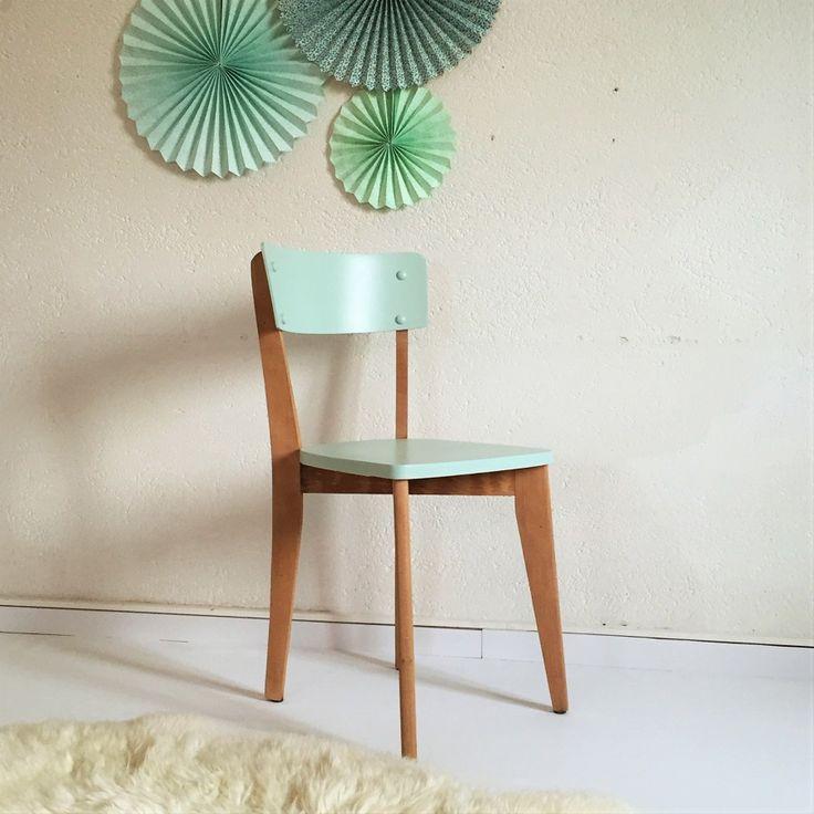 chaise bistrot vintage en bois rénovée en vert pastel