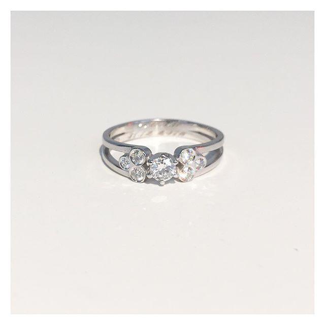 Jotain aivan erityistä uuden vuoden juhliin ❤ Asiakkaan toiveiden mukaisesti suunniteltu ja valmistettu valkokultasormus timanteilla. Onnea vielä ihanalle hääparille ❤ #whitegold #diamond #ring #finnishdesign #handmadeinpori #handmadejewelry #oonaarmiajewelry