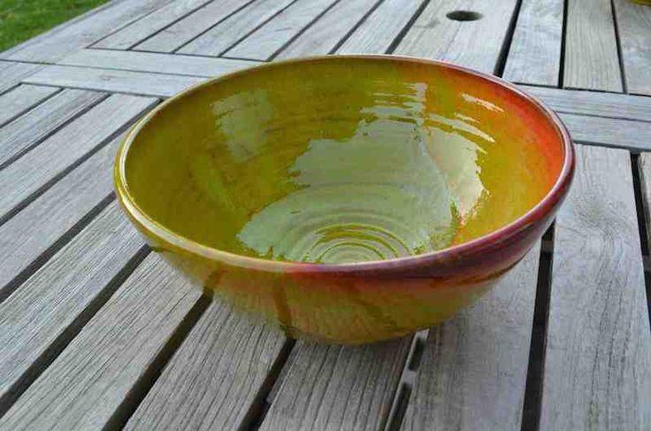 Sla- en fruitkommen in keramiek. Verkrijgbaar in verschillende kleuren.