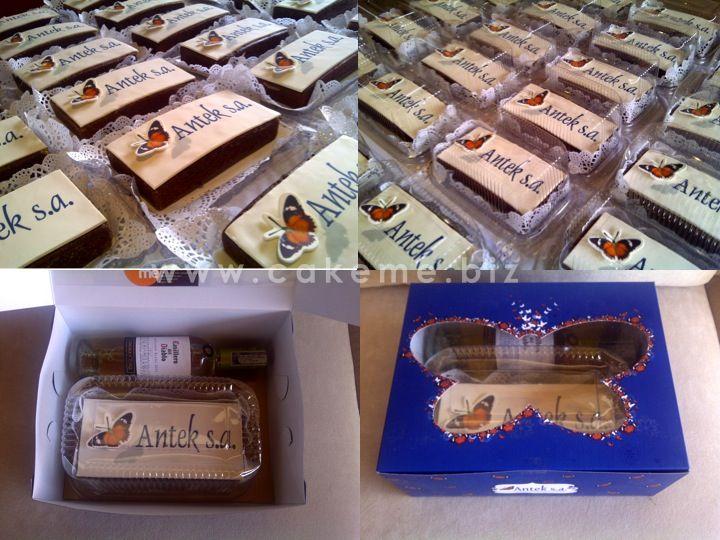 En Navidad hicimos para Antek S. A. ponqués gourmet (chocolate-Baylies) decorados con su imagen, y lo acompañamos con un pequeño vino en un empaque diseñado la boutique creativa de Cake me.