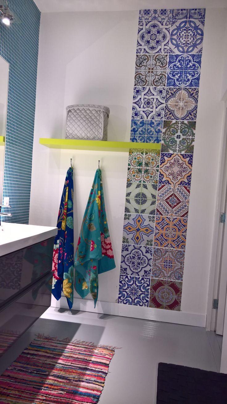 Kitchen Walls behang doet het ook prima in de badkamer, kijk maar naar behang Portugal! https://www.funky-friday.com/wanddecoratie/behang/kitchen-walls-behang/kitchen-walls-behang-portugal.html
