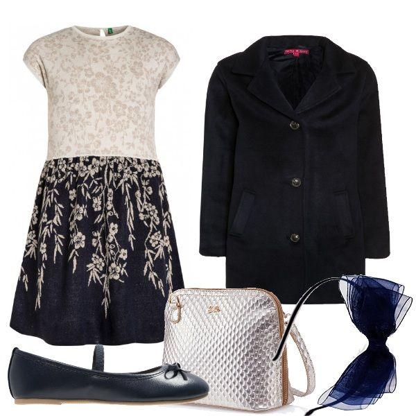 Outfit elegante e sobrio composto da un vestito bicolore con ricami in risalto. Cappottino classico blu con bottoni. Ballerina blu in simil pelle con fiocchetto.Borsa elegante di Barbie argento e oro. Cerchietto con vistoso fiocco.