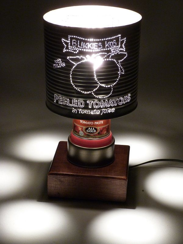 Lata taladrada convertida en pantalla de lámpara.