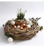 Een natuurlijke krans gedecoreerd met vogels, veren en eieren