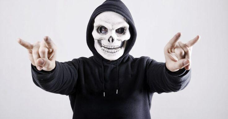 Cómo hacer una máscara de calavera con una mandíbula movible para Halloween. La calavera es un símbolo universal que representa peligro y muerte. Las calaveras son comunes en Halloween, cuando los niños en máscaras de calaveras se aparecen en las puertas de las casas de las personas para asustarlos y darles dulces. Las calaveras también son comunes en México durante otro festival llamado Día de los Muertos. La gente ...
