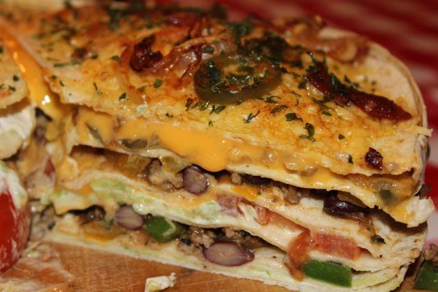 Recept voor een pittige, gevulde TortillaTaart met gehakt, kaas, bonen en natuurlijk jalapenopepers.