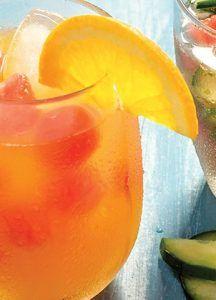 Bebida refrescante de sandía, agua mineral y naranja