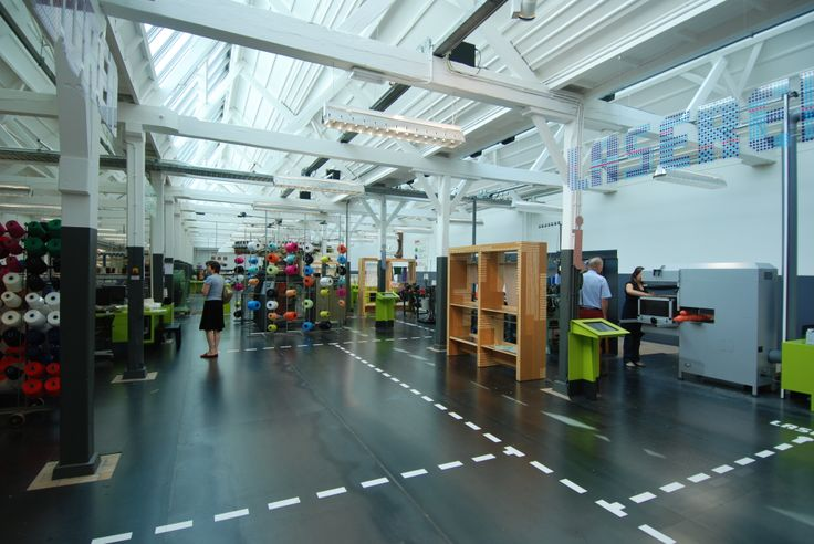 Het TextielLab van het TextielMuseum is een uniek kenniscentrum dat het midden houdt tussen een gespecialiseerde werkplaats en een open atelier waarin innovatie centraal staat. Nationale en internationale ontwerpers, architecten, kunstenaars en veelbelovende studenten worden begeleid door productontwikkelaars en technische deskundigen. Zo ontdekken zij de eindeloze mogelijkheden op het gebied van garens, computergestuurde technieken en ambachten. http://www.textiellab.nl/nl/pagina/lab-intro