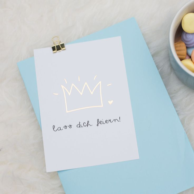 Diese Postkarte kann man zu jedem tollen Ereignis verschenken! Ob zu einer bestandenen Prüfung, Geburtstag, Hochzeit oder einfach so als Liebesbeweis. Zeig deinen Liebsten, wie sehr du sie feierst!