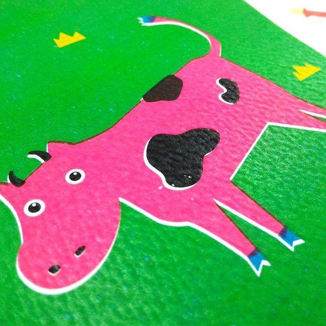 哞~粉紅小牛就是要在寒冷的12月融化你的心!小牛的貼心小叮嚀:「最近天氣變化大,請大家一定要注意保暖喔!哞~哞~♡」 私心悄悄話:最近小牛也會出其不意地在Välkohem溫暖登場喔!要記得follow牠呦~~~ #välkohem #milkcow #dairycattle #illustration #乳牛 #牧場