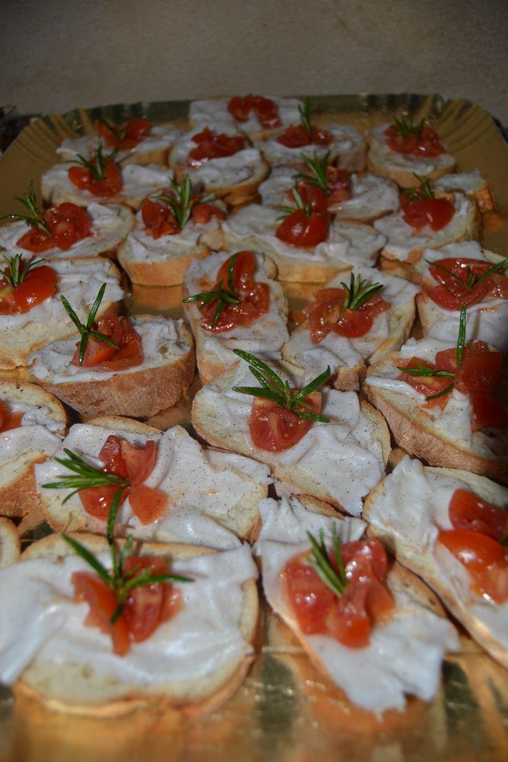 Cena a buffet per compleanno Massimo, collega di mio marito - Crostini con lardo di Colonnata e pomodorini