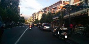 Via degli Aranci, Sorrento - Auto e motorini in divieto di sosta. Da notare sulla sinistra gli stalli per i motorini disponibili.