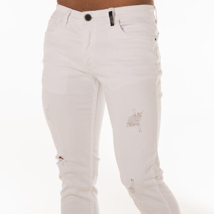 Hay 3 formas perfectas para combinar con blanco: con una camisa denim, con un blazer oscuro o con camisa de manga corta de color llamativo ¡y ya tienes la pinta!  Visita www.edenjeans.com.co #EdenLaRompe #ProductoColombiano #ModaMasculina #EdénJeans