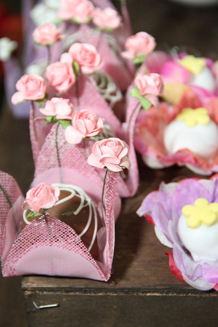 Forminha em tela rosa com bombom, forminha em flor de papel crepon com docinho fondado.