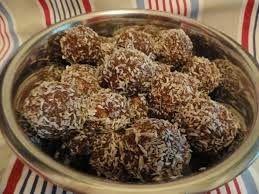 Hozzávalók:  20 dkg darált mandula  20 dkg darált kókusz  rum ízlés szerint   1 kk fahéj  4 ek cukormentes kakaópor  4 ek xilit (ny...