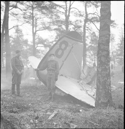 Munkkiniemessä alasammutun koneen pyrstö. (1939-12-01 SA-kuva)