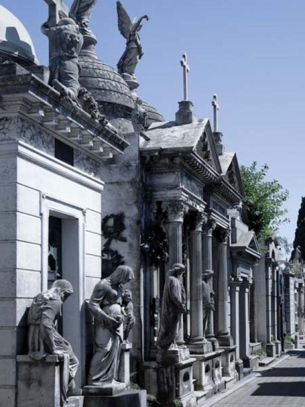 Cementerio de la Recoleta. Funciona desde 1822. Algunos sepultados ahí:  Vicente López y Planes, Juan Manuel de Rosas, Bioy Casares, Victoria Ocampo y Amalia Lacroze de Fortabat.