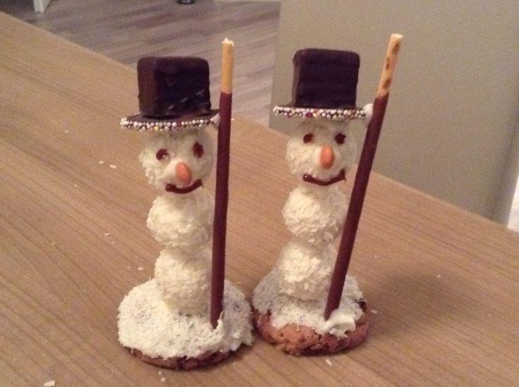 Schneemänner aus Raffaellos, Dominosteinen, Mikadostäbchen und Keksen
