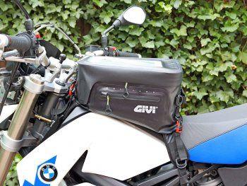 Kennt ihr das Problem? Da kauft man sich ein neues Motorrad und obwohl man über die Jahre schon diverse Maschinen besessen und ausgestattet hat, passt das bisher angesammelte Zubehör dann doch nicht. Mich traf es diesmal nach der Anschaffung einer BMW G 650 xChallenge. Keiner der herumliegenden Tankrucksäcke wollte halten und aufbocken zur Kettenpflege oder zum Radausbau konnte ich die Maschine trotz diverser universeller Ständer auch nicht. Also machte ich mich im Internet auf die Suche…