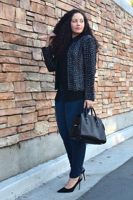 черные кружева рубашка, синие джинсы, обратно мешок и черные туфли
