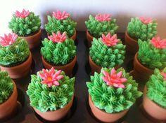 Cupcakes decorados con forma de cactus para fiesta mexicana. #FiestaMexicana
