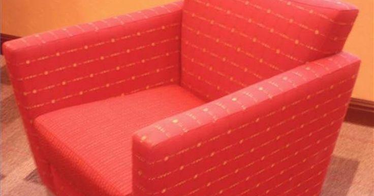Datos del diseño de interiores contemporáneo. El diseño interior contemporáneo se refiere a aquellas tendencias de diseño que son populares ahora. El moderno es un estilo actual que se caracteriza por líneas limpias, angulares y suavemente curvadas, madera moldeada y muebles de plástico y patrones geométricos de telas. Los términos se utilizan indistintamente por muchos y a pesar de que el ...