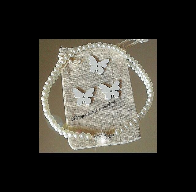 Girocollo: realizzato con perle bianche di vetroresina con chiusura centrale con strass