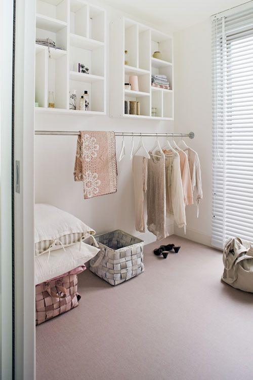 Van een kleine kamer kun je met wat ingrepen een praktische inloopkast maken, mét zelfgemaakt kledingrek.