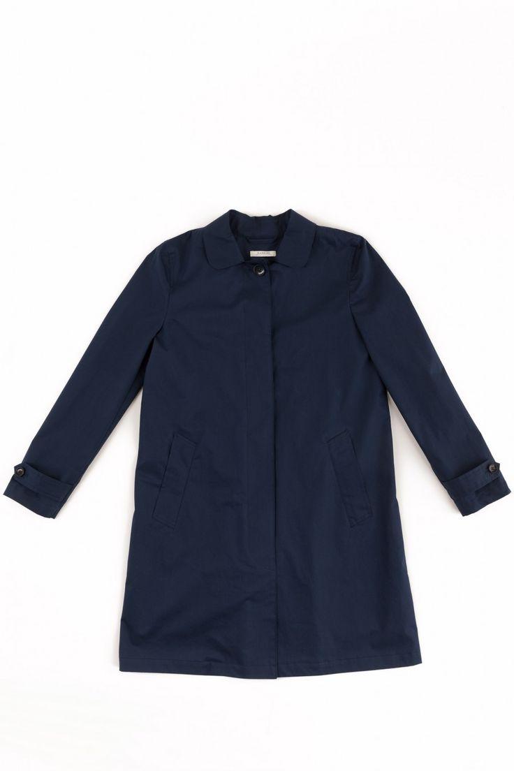 Soprabito realizzato con tessuti di Limonta. La fodera interna è in lana ed è staccabile perché applicata con dei bottoncini: il capo perfetto per accompagnarvi tutta la primavera, dai primi giorni di aria frizzante a quelli più caldi. Disponibile in beige o in blu.  Composizione tessuto esterno: 70% cotone,30% poliuretanica. Tessuto interno: 80% lana, 20% fibra poliammdica.  Lunghezza: 88 cm. Lavare a secco.  La modella indossa la taglia 40/XS.  Fatto con cura in Italia.