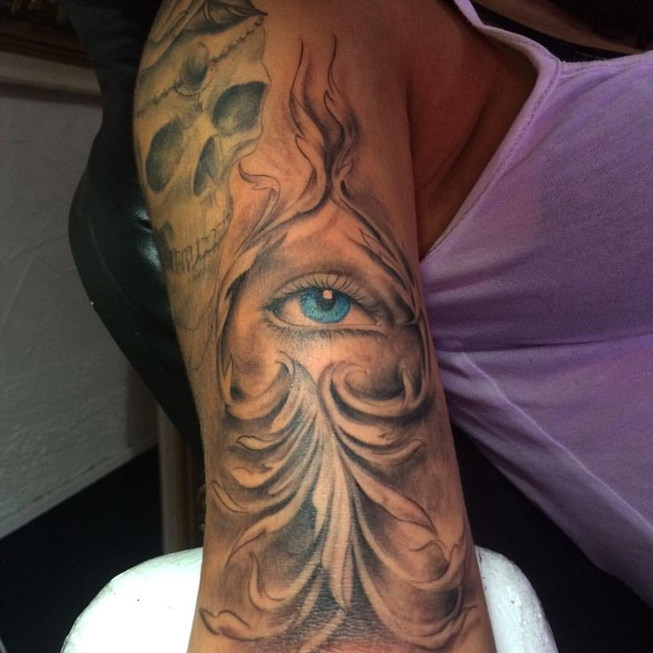 Blue eyes and filigree  Olho azul e filigranas  Tattoo artist: Pedro Müller @pedromullerart