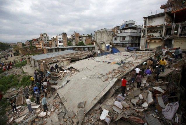 Pada Sabtu pekan lalu Nepal telah diguncang gempa dahsyat berkekuatan 7,9 Skala Richter (SR) dan diperparah dengan gempa susulan hingga menyebabkan banyak korban menunggal. Jumlah korban meninggal akibat musibah besar di Nepal tersebut hingga hari ini, Senin (27/04/2015) sudah mencapai 2.500 jiwa. Gempa tersebut juga memicu longsornya salju di Gunung Everest sehingga menewaskan banyak warga. Seluruh warga yang berada di Ibu Kota Kathmandu menjadi ketakutan.