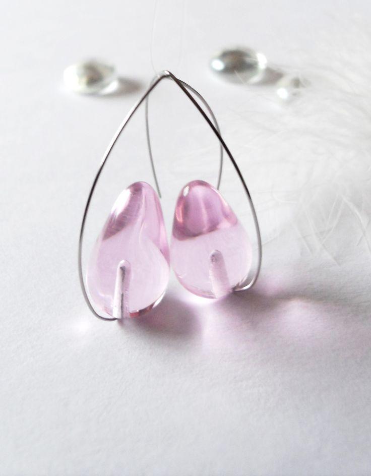Kapky něžnost sama Náušnice zhotovené ze skleněného lehce růžového korálku, navlečeno na háčku z nerezové oceli, která je vysoké kvality - vhodná jako antialergenní, konec je zabroušen. Celková délka náušnic od vršku háčku je 4,9 cm, velikost korýlku je 2,6 x 1,5 cm.
