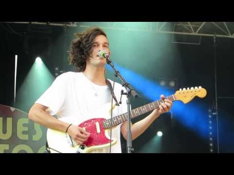 ▶ THE 1975 - LIVE CLUSES / MUSIQUES EN STOCK 2013 - YouTube