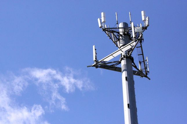 AT&T and Verizon announce collaboration to build cell towers