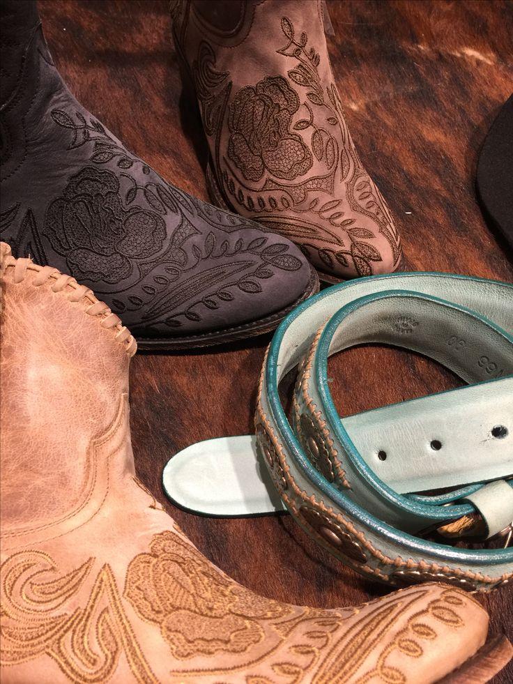 Botas de mujer de piel marrones, botines con bordado floral. Botas Sendra cowboy Barcelona, con cinturón western con motivos country style. Piel, leather, made in spain. Bordados de flores para look otoño #neolwesternboots #moda #botas #boots #sendra #fashion #barcelona