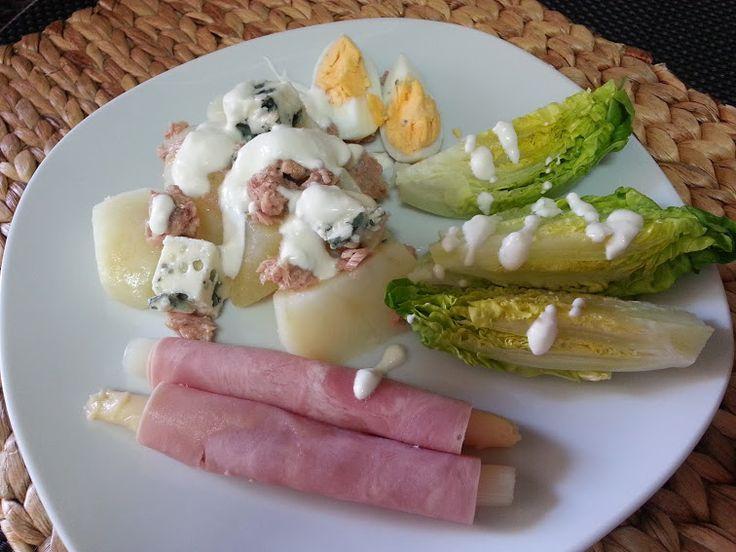 Ensalada de patatas con salsa mayonesa y yogurt Ingredientes para 2-3 personas: 2 patatas. 2 latas de atún. 6 espárragos blancos. 6 lonchas de jamón york. 2 huevos. 2 tarrinas de queso de Burgos. En este caso, teníamos un resto de una cuña de Roquefort y la hemos utilizado. También puedes poner queso azul. 1 …
