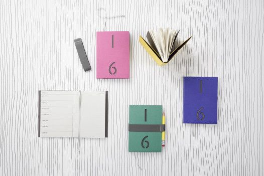 Šitá vazba a typická barevná gumička, řeč je o legendárních diářích od Papelote, které si přejeme najít pod stromečkem  #diary #czechdesign #design #vanoce #darky #jezizesk #art #gift #christmas #czech #designer #paper #vsup #original #instadesign #online #eshop #xmas #buylocal #designshopping #papelote Více o mimořádném online prodeji CZECHDESIGN na: http://6b.cz/s.php?U2p