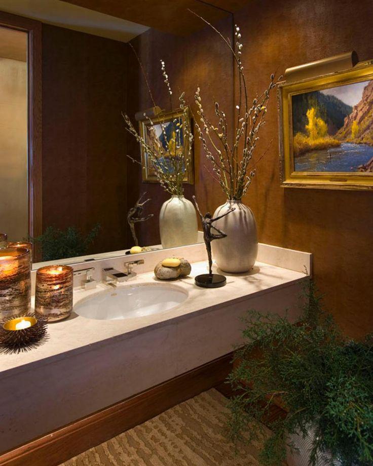 Arte ocidental e uma paleta de cores quentes dão a este quarto do pó um aspecto rústico.