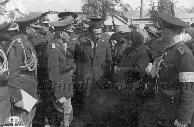 https://flic.kr/p/Jv6hnK | 09. Domnul General Ion Antonescu în mijlocul sătenilor dintr-un sat basarabean dezrobit