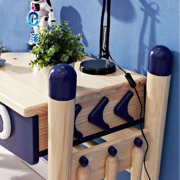 Синие декоративные элементы в космическом стиле детского стола