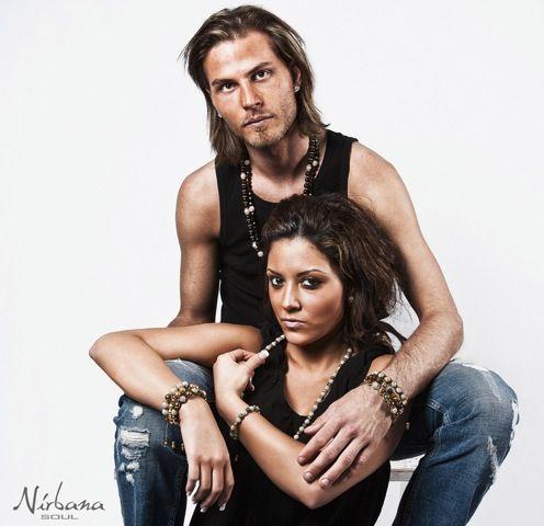 Alte Jeans, schwarze T-Shirts und Nirbana Soul Schmuck