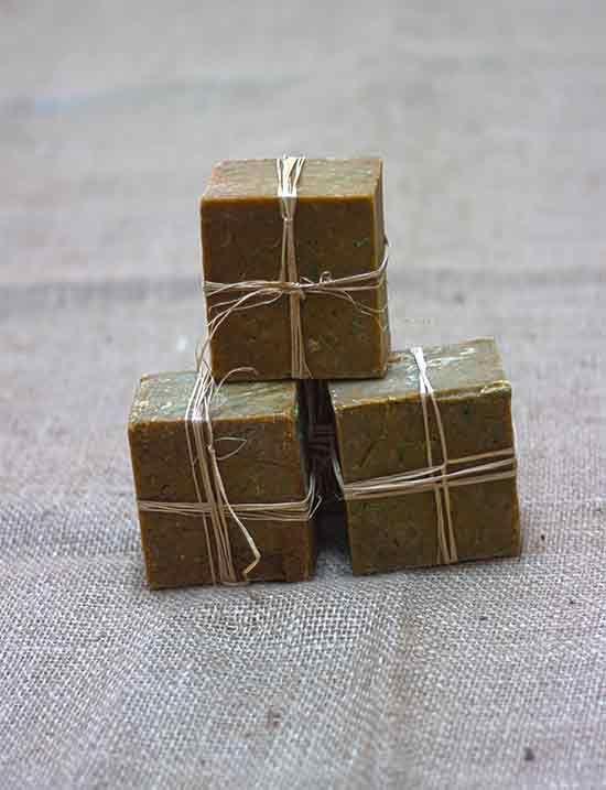 * İçerdiği özler bakımından zengin olan çikolata sabunu güzel ve etkileyici kokusuyla doğal bir rahatlama sağlar. Antioksidan özelliği olan çikolata sabunu hücreleri yıkıma uğratan serbest radikallerin zararlı etkilerini azaltan enzimler içermektedir.