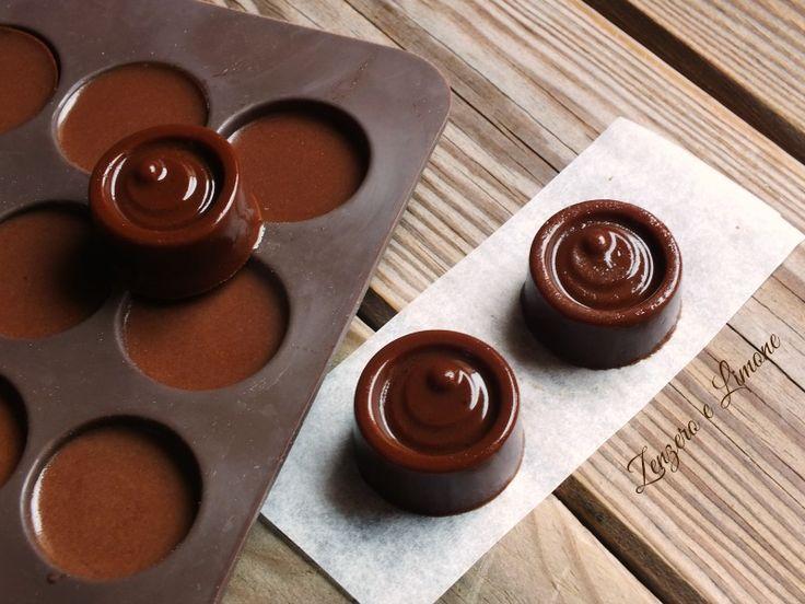 Facilissime da preparare queste fresche gelatine al caffè lievemente aromatizzate con del cioccolato fondente. Pronte in poche mosse.